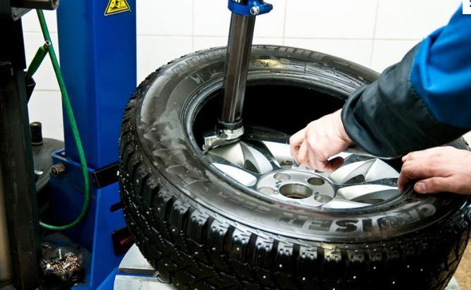 Ремонт бескамерной шины своими руками, жгутом, герметиком